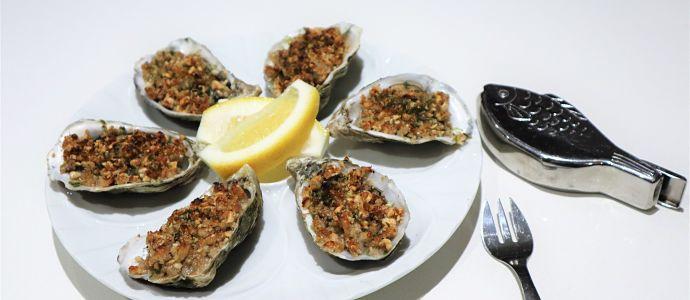 Huîtres chaudes au crumble de noisette et laitue de mer